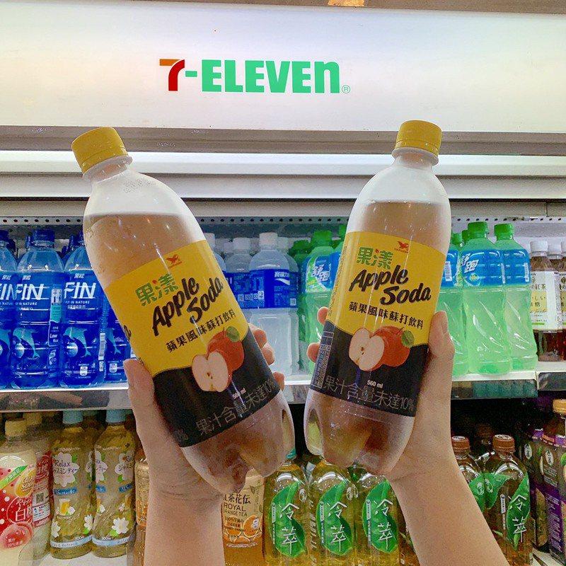 憑7-ELEVEN Facebook官方粉絲團優惠券條碼,於限定時間內即享「果漾蘋果風味蘇打飲料」第二瓶0元優惠。圖/7-ELEVEN提供