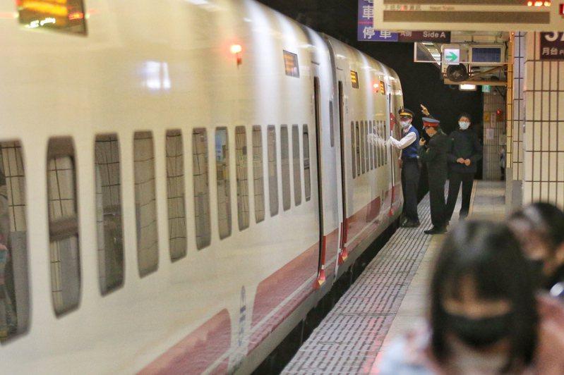台鐵防疫再升級,台鐵未來售票配位上也會優先替旅客選擇靠窗位置,將位置前後間隔一排以上。 圖/聯合報系資料照片