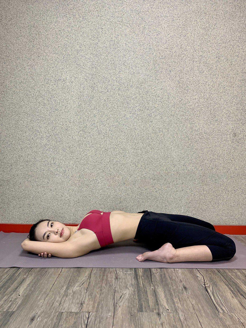 蔡詩羽做瑜珈提升免疫力。圖/達騰娛樂提供
