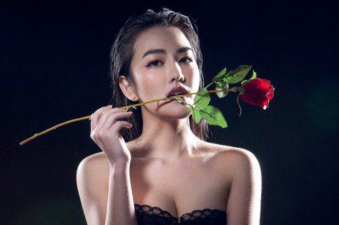蔡詩羽演出BL劇「2020因為愛你」蘇韋華的姊姊「顏月舞」表現亮眼,戲外她是首位拿取北京電影學院表演學位的台灣演員,2018年被瓊瑤公司神藝文化在網路上相中出道,2019年加入現在的經紀公司達騰娛樂...