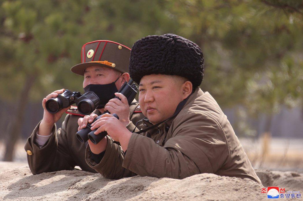 由於北韓領導人金正恩(右)。圖為北韓官方通訊社朝中社3月9日發布的照片,但拍攝日...