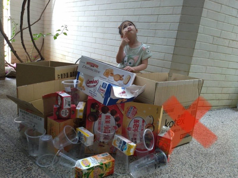 疫情造成廢紙與廢紙容器的回收量大增,台南市環保局提醒民眾要加上折疊,才是正確的回收方式,圖為錯誤的方式未折疊。圖/環保局提供