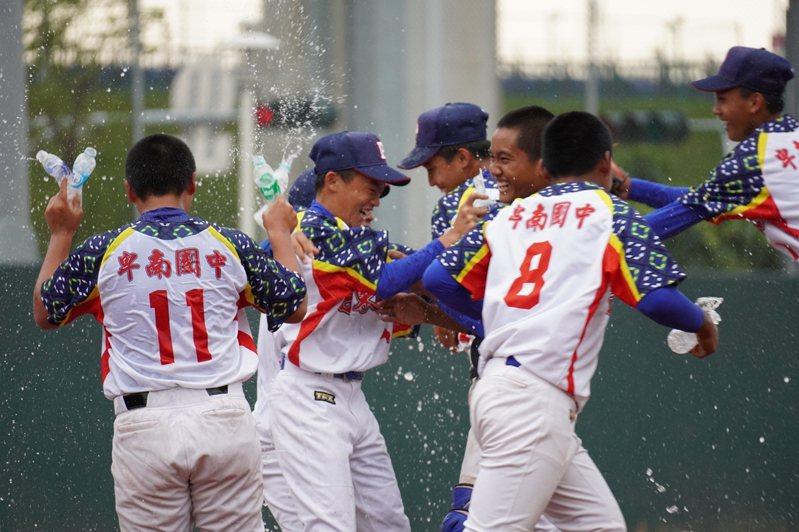 謝國城盃全國青少棒錦標賽,台東縣慶祝奪冠。圖/中華棒球協會提供
