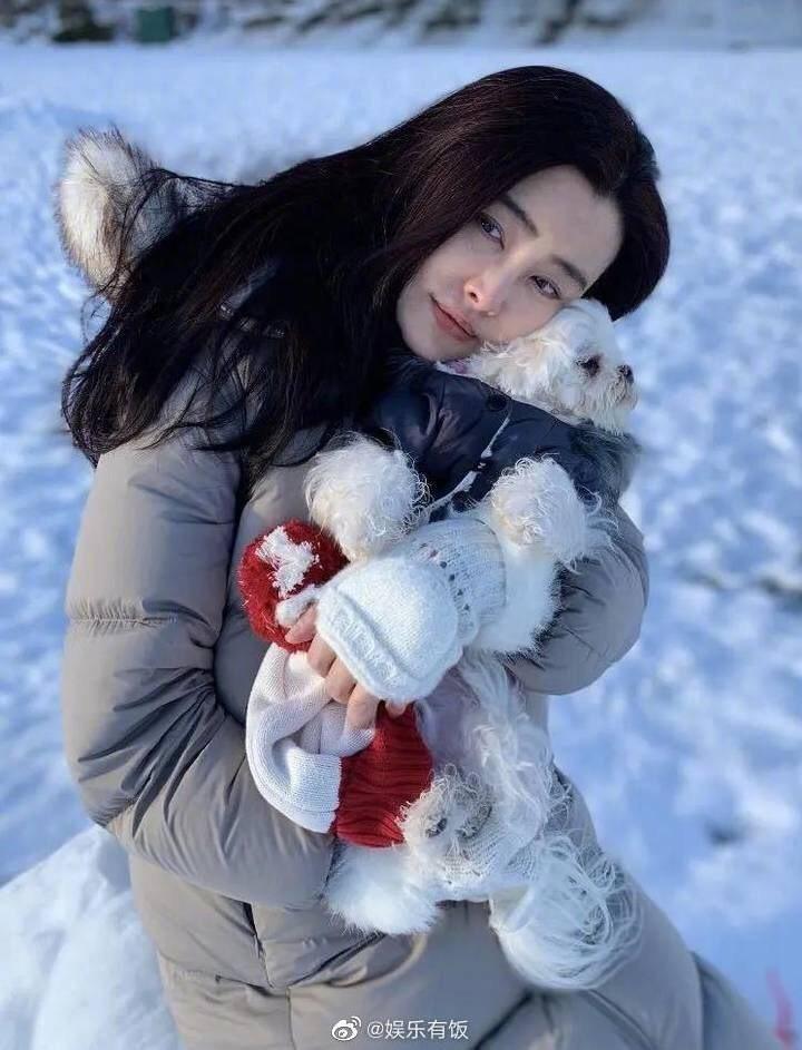 王祖賢認真防疫,也會帶愛犬出門透透氣。圖/摘自微博