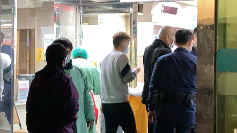 周女父親與家屬在警方陪同下前往馬偕醫院。記者柯毓庭/攝影