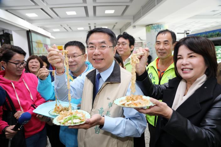 台南市長黃偉哲(右二)推「好麵外交」,贈送美國與日本兩國近20個姐妹市,一市一箱台南好麵。圖/台南市府提供