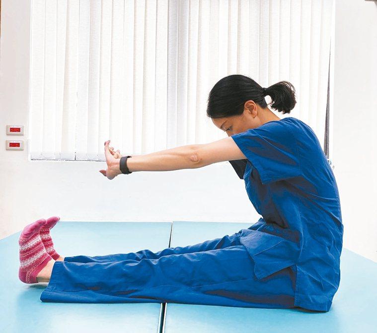 第一步:採坐姿,雙腳往前伸,確定腰部立直。(圖1) 圖/北醫附醫提供