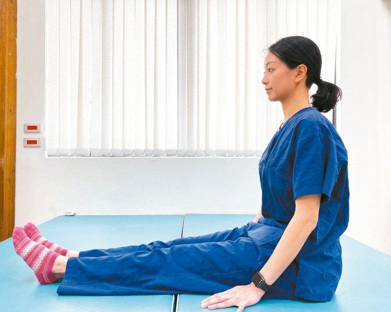第二步:將手跟腳往前延伸,背部往後拱起,拉長後背脊椎的肌肉。(圖2) 圖/北醫附...