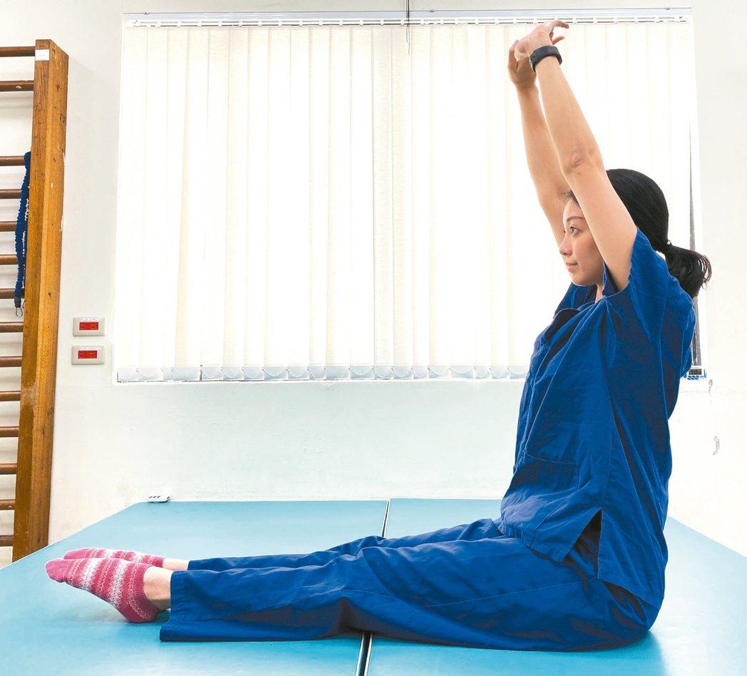 第三步:慢慢將手往上延伸,朝天花板的位置。(圖3) 圖/北醫附醫提供