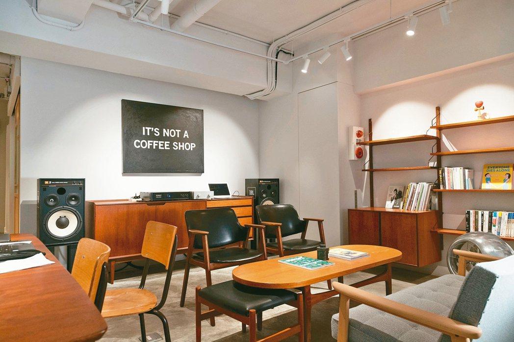 鄒斯傑顛覆咖啡店想像,打造出新店「DAILY」。記者陳立凱/攝影