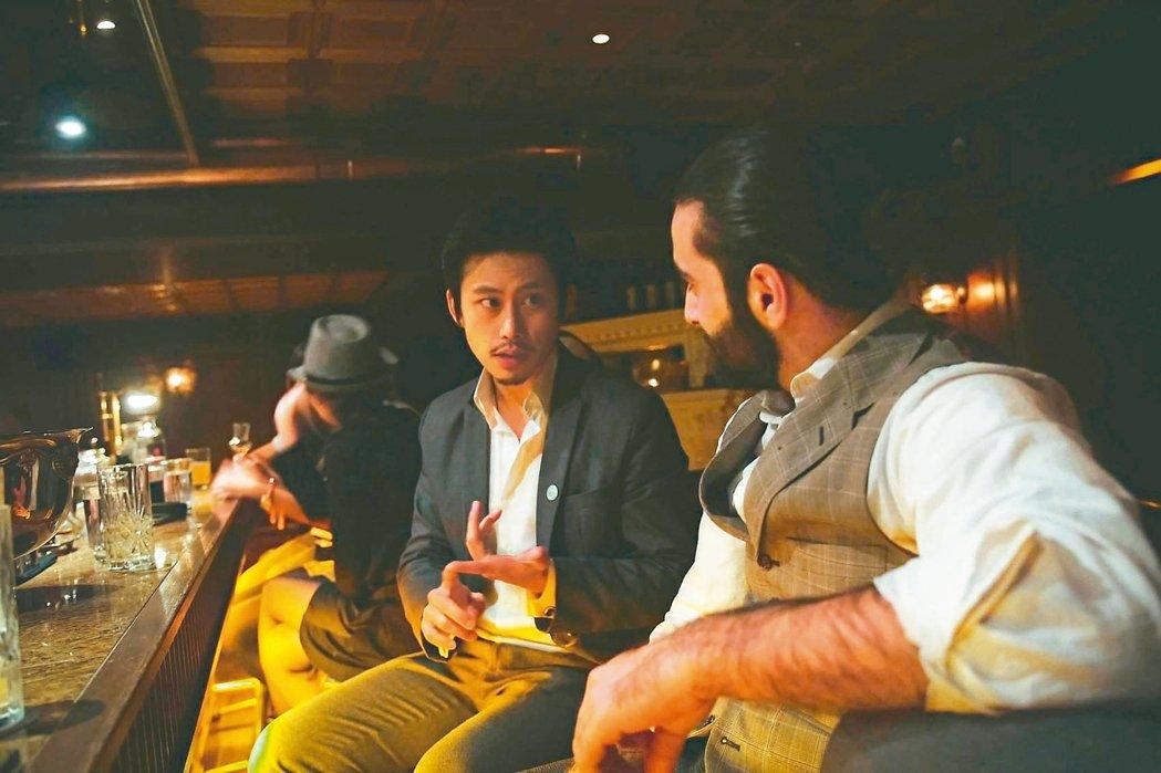 鄒斯傑(左)笑說自己的英文都是在酒吧裡靠聊天練起來。圖/鄒斯傑提供