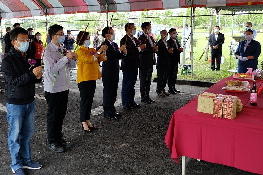 上香祝禱儀式。 宜蘭大學/提供