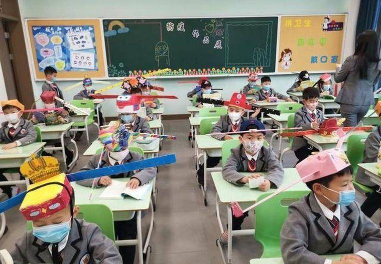 """中國萬花筒607/保持社交距離 上學開學第一天,杭州小學生戴""""一米帽""""上課 張詒..."""