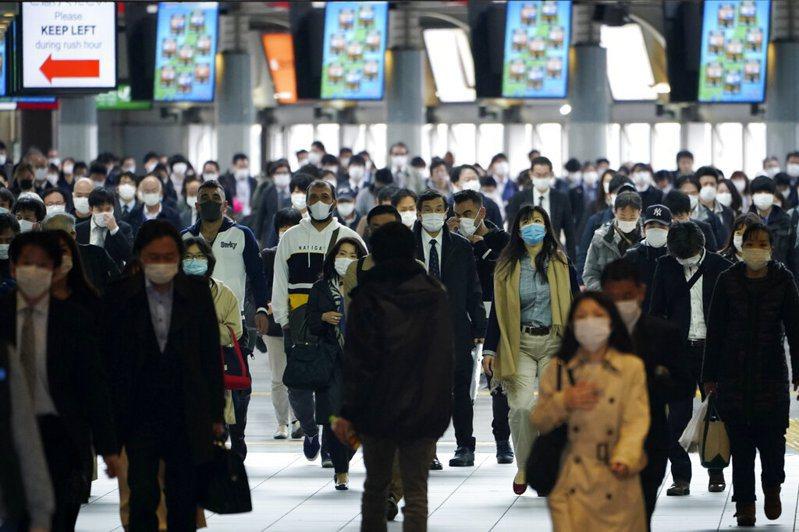 日本22道縣政府希望返鄉民眾待在家中2周避免外出,但沖繩知事表示已有6萬人預定前往沖繩的機票。 美聯社