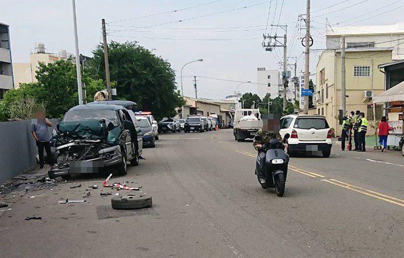 台中市豐原區發生廂型車追撞小貨車意外,廂型車車頭破碎,警方到場調查事故原因。(民眾提供)中央社