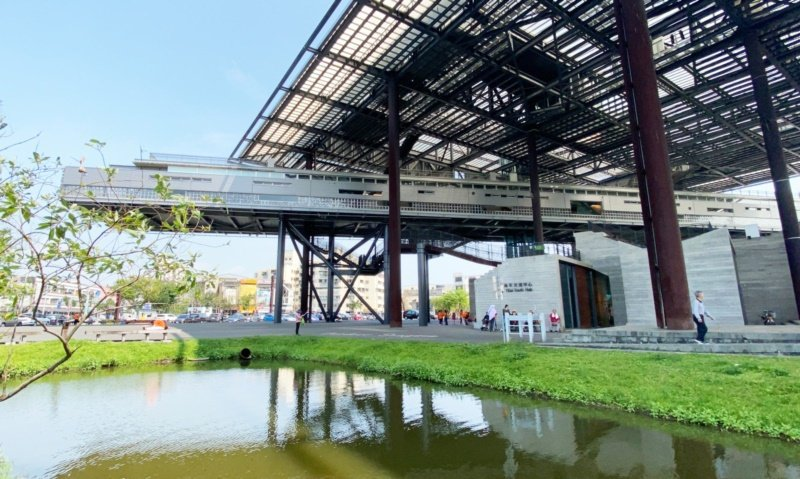 羅東文化工場有休閒運動區、棚架廣場、天空藝廊等,有景觀水池,是地標與人氣景點。 ...