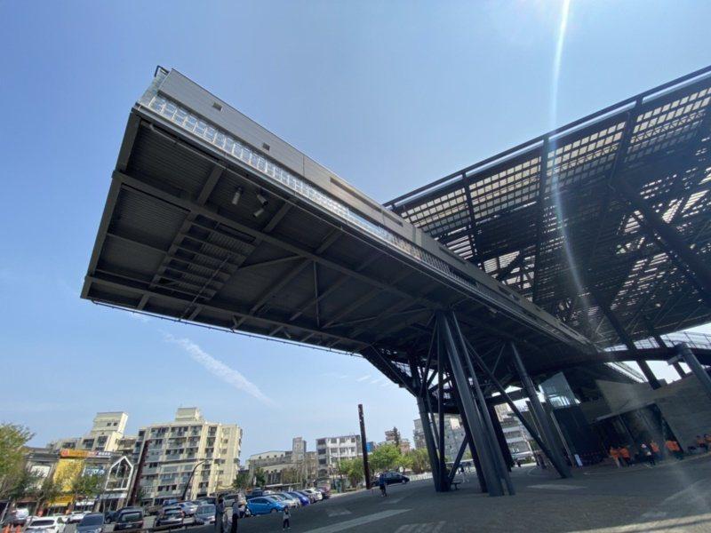 羅東文化工場有約6層樓、18公尺的高大棚架,遠看像飛船,橫出如懸空的天空藝廊,神...