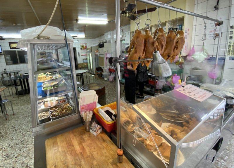 宜蘭是台灣重要的養鴨基地,順著羅東文化工場旁的中山西街到小巷裡,隱藏著遠近馳名的...