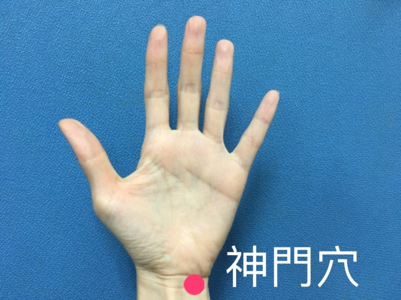面對防疫時的焦慮情緒,南投醫院中醫師建議,可揉壓由小指和無名指的交叉處向下延伸到...