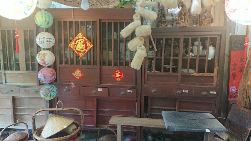 廢棄碗櫥在洪舜進的發呆亭恢復原有功能,只是沒放菜餚。 圖/簡慧珍 攝影