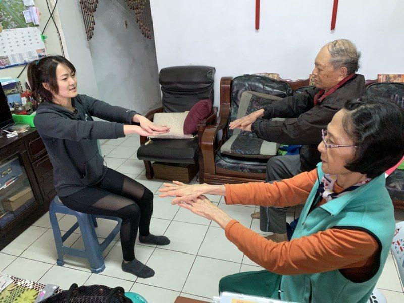坐在椅子上拱背,肚子內縮,雙手手掌交疊慢慢前伸展,停留10至30秒,可訓練上肢柔...