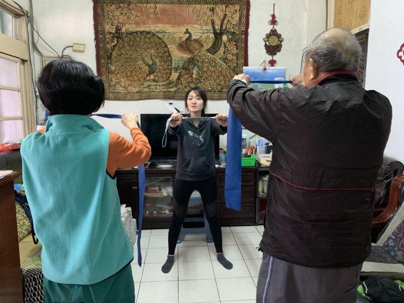 利用彈力帶或毛巾,銀髮族可輕鬆在家做伸展運動。 圖/門諾醫院提供