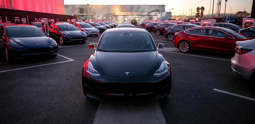 中國電動車補貼政策,讓想要入主Model 3的買家很火大。 摘自Carbuzz....