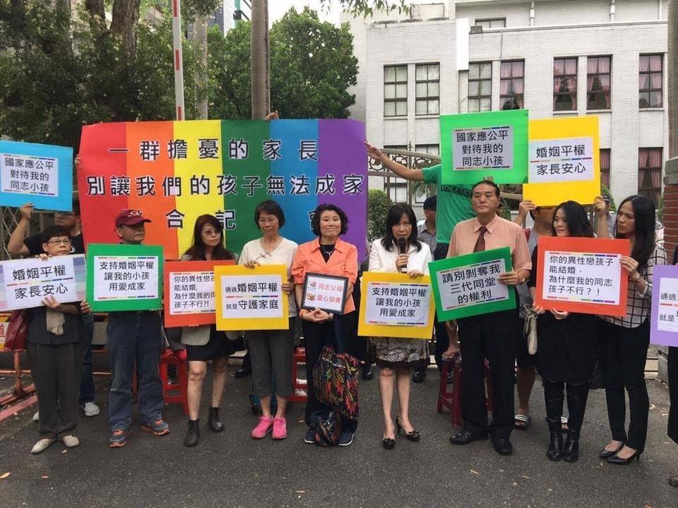 二O一六年同志父母愛心協會在立法院外呼籲盡速通過婚姻平權法案。 圖/台灣同志諮詢...