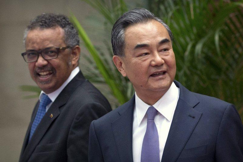 譚德塞(左)2017年被中共扶植上任WHO秘書長。圖為中國國務委員兼外長王毅(右)與譚德塞,攝於2018年。 圖/美聯社
