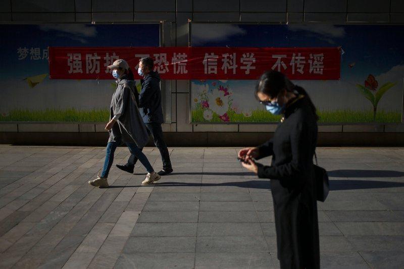 WHO遲至3月11日才終於宣布疫情已經全球大流行。圖攝於4月23日,北京。 圖/美聯社