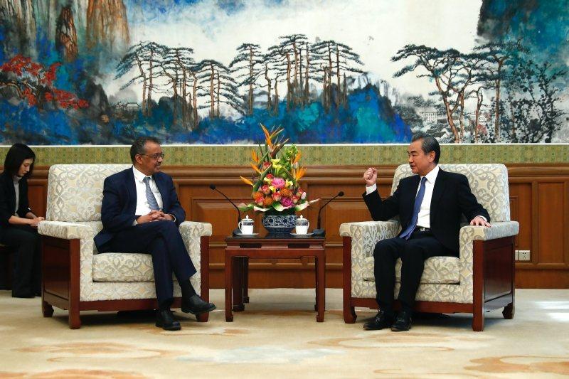 今年1月28日,中國國務委員兼外長王毅在北京會見世界衛生組織總干事譚德塞。 圖/中新社
