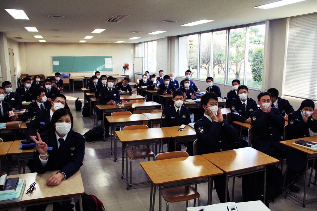 圖為日本熊本縣警察學校,全員配戴口罩,進行流感預防課程。 圖/熊本縣警察本部