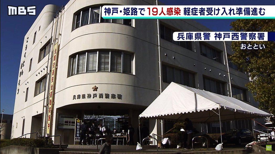兵庫縣神戶市的神戶西警察署,無視自肅要求,依然照常出席新進警察的歡迎會,一大群人...