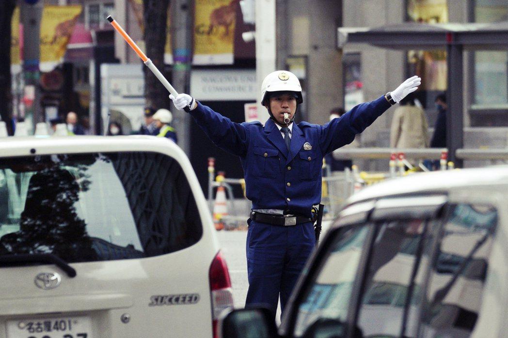 在緊急事態宣言發令後,外出移動的人流車流逐漸減少,東京都在4月6日至15日的交通...