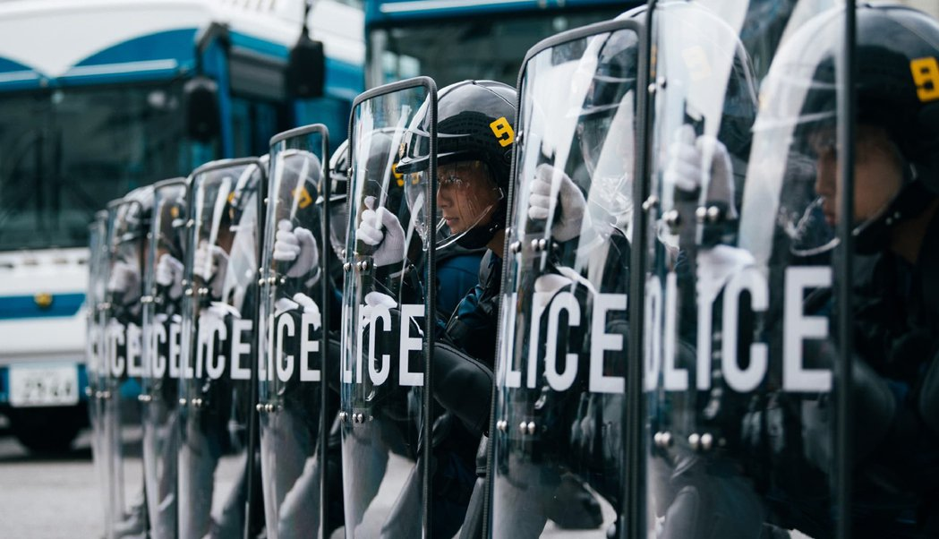 圖為日本警備警察隊。目前全日本已有超過70多名警察確診,並有數千人遭隔離,警力不...