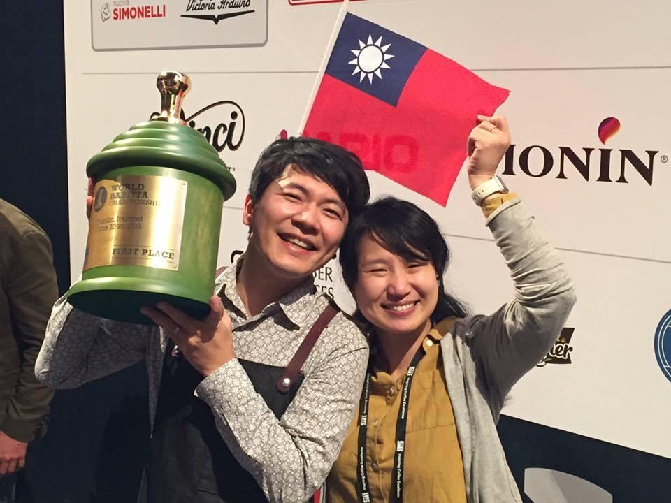 吳則霖(左)2016年拿下WBC世界咖啡師大賽冠軍。圖/吳則霖提供