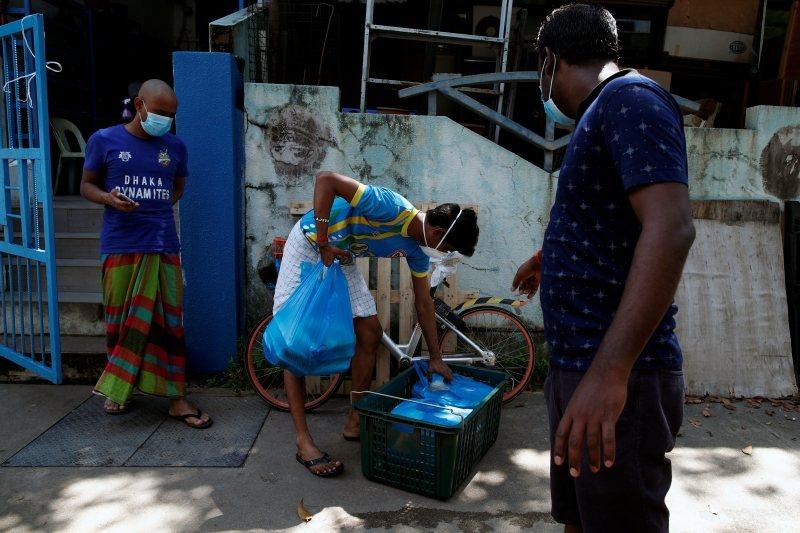 非政府組織AGWO,為遭疫情所困的外籍勞工提供物資支援,攝於4月22日。 圖/路透社