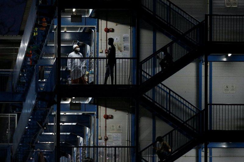 一間宿舍房間大多可容納10至12人,密集接觸容易造成群聚感染。 圖/路透社