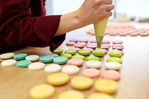 經營人際關係就像烘培甜點一樣,需要細膩專注。圖/ingimage 提供