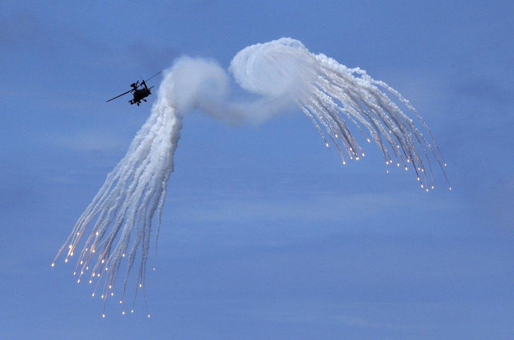 2019年漢光演習AH-64E阿帕契攻擊直升機進發射熱焰彈。 圖/美聯社