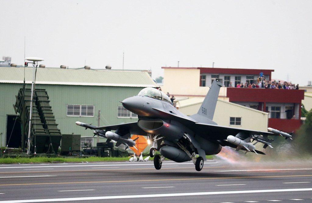 2019年漢光演習在彰化國道戰備道操演緊急起降,F-16V完成油彈整補作業後,從戰備道起飛。 圖/聯合報系資料照