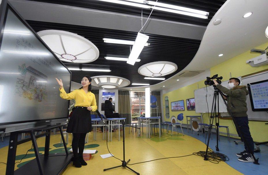 從3月9日起,四川省中小學校開展線上教育教學,圖為教師在錄製「道德與法治」課。 新華社