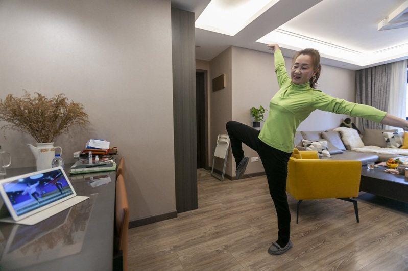 「鴻雁舞蹈隊」是上海市閔行區古美街道的一個市民舞蹈團。受疫情影響,舞蹈隊成員只能「宅」在家中練習舞蹈。圖為舞蹈隊成員黃濤在家中練舞。 新華社
