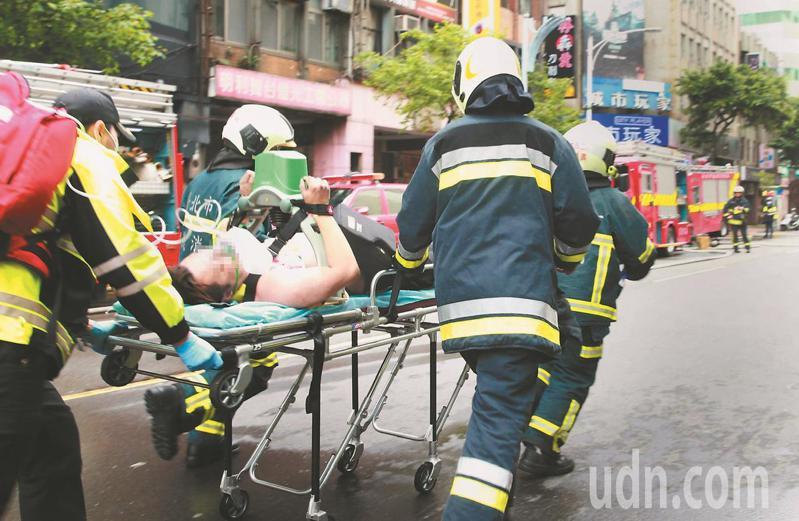 台北市林森北路錢櫃KTV昨天火警,消防人員救出54人送醫,5人不治。記者黃義書/攝影
