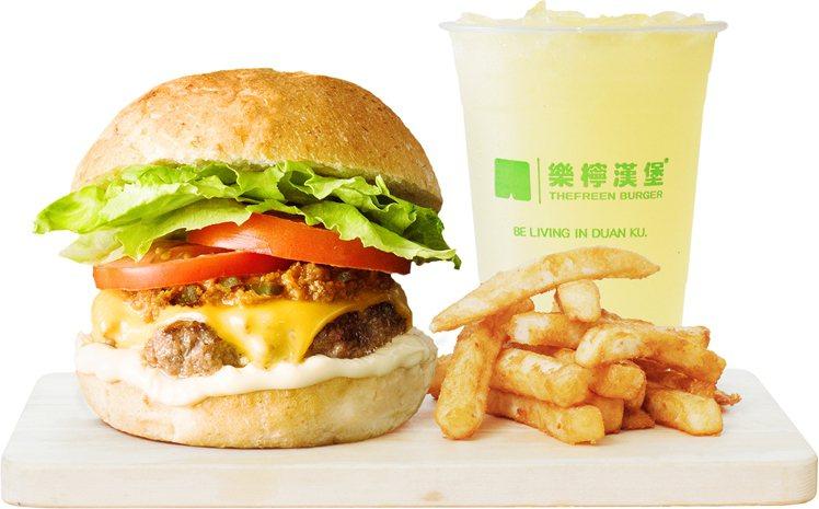 「樂檸漢堡」推出點辣牛大俠牛堡套餐,享第二件單點任一口味漢堡免費升級A套餐的優惠...