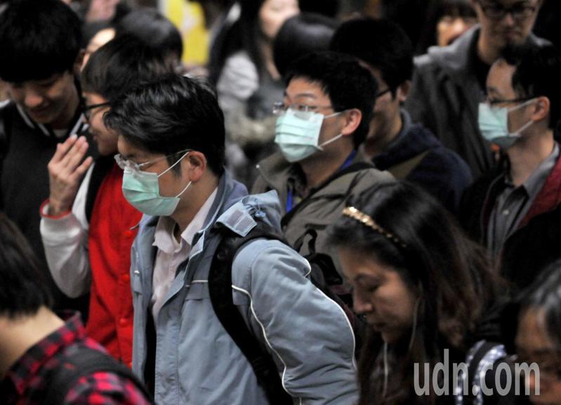 國內醫界認為,台灣管制措施不像歐洲嚴格,除了戴口罩以外,生活一如往常,現在沒有放寬必要,尤其國境管制更要慎重以對。本報資料照片