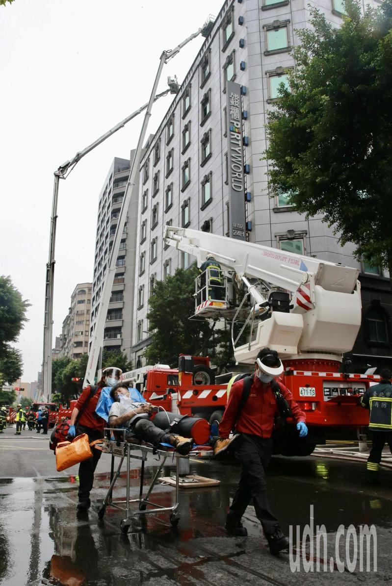 台北市中山區林森北路錢櫃KTV昨天發生火警,消防人員救出受困者。本報資料照