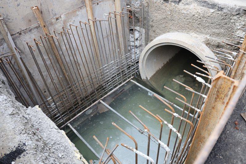捷運三鶯線目前除了鋪設鋼軌外,也正改善永和街、鶯桃路的區域排水箱涵系統。圖/新北捷運局提供