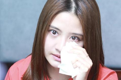 藝人李宣榕加盟福茂唱片,成為「新人」歌手,在回憶起與一起父親最後的時光,忍不住哽咽落淚。