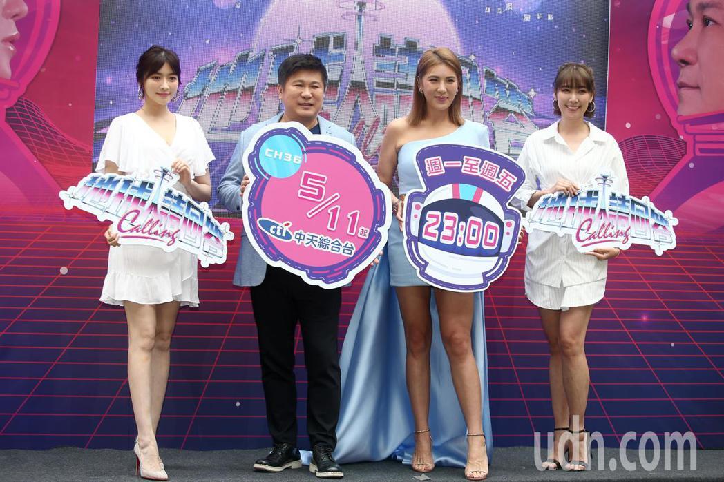 胡瓜(左二)與胡小禎(右二)父女聯手主持新節目《地球人請回答》下午舉行記者會,